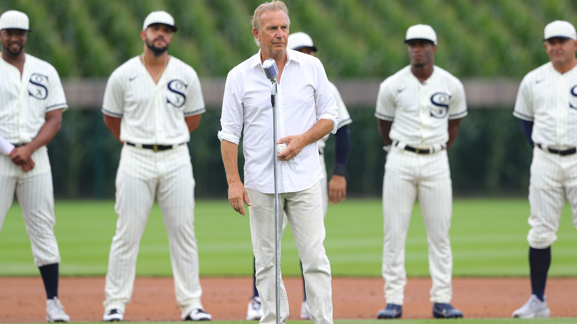 Kevin Costner leads epic entrance onto field at MLB's Field of Dreams Game